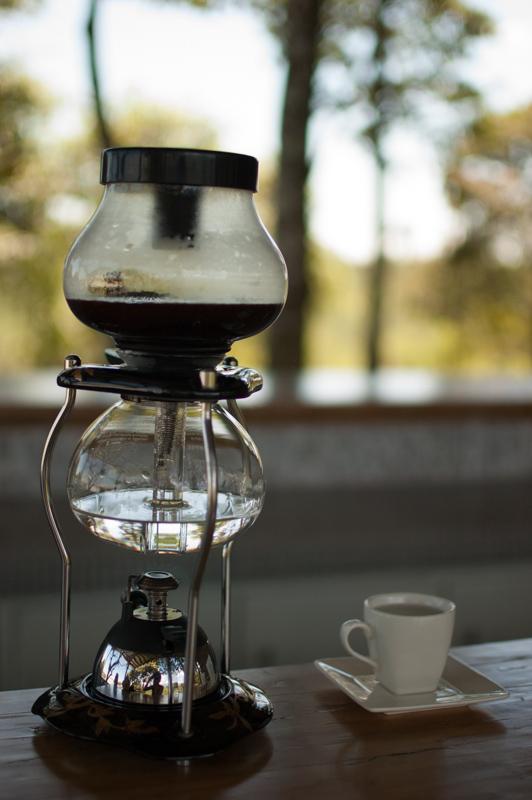 El agua caliente se va perfumar con los sabores del café molido. Segun su maquina y las dosis, la bebida saldrá diferente. No olvidan tomar agua con su café porque es una bebida deshidratante.