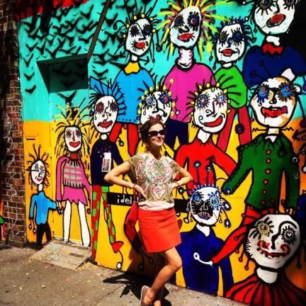 Pared de la galería Ideal glass en East Village, Nueva York (verano 2014). El tema cambia cada vez que se invita un nuevo artista. Aquí pueden ver a una pintura del artista americano Paul Kostabi.