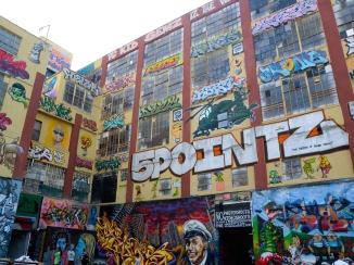 Graffiti en 5 pointz, Queens, Nueva York (verano 2012). Esta pared legendaria fue pintada de blanco por su propietario más temprano este año. Mucha gente criticó esta decisión.