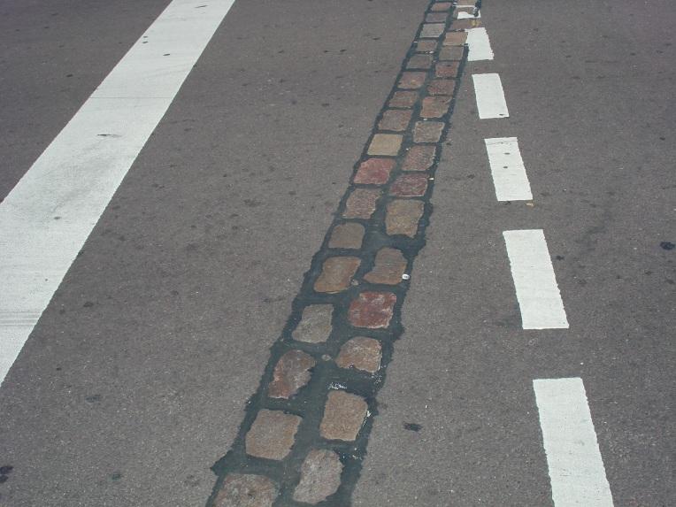 Camino que reseña la verdadera posición del Muro de Berlín