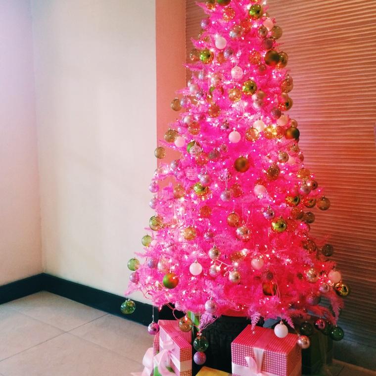Arbolito de navidad rosado, un color no usado tradicionalmente en navidad