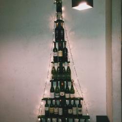 arbolito hecho de botellas de vino en un restaurante italiano