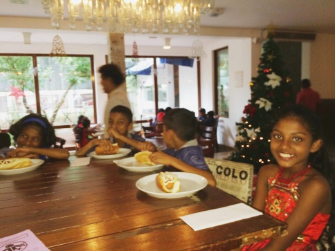niños srilanqueses en almuerzo navideño