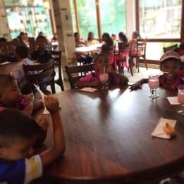 niños srilanqueses en almuerzo navideño 2