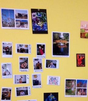 Pared magnético con fotos y postales