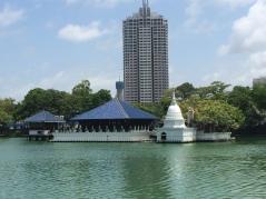 vista al templo Seema Malakaya desde el lago Colombo