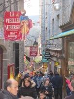 Calle principal Monte San Miguel con más gente