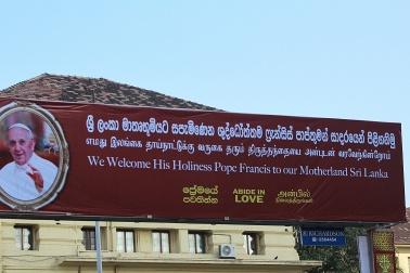 Cartel de bienvenida al Papa Francisco en Sri Lanka