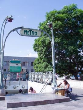 Entrada del metro de Bellas Artes, el letrero fue un regalo de Francia a México