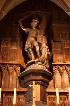 San Miguel matando a un dragón, el símbolo del demonio.