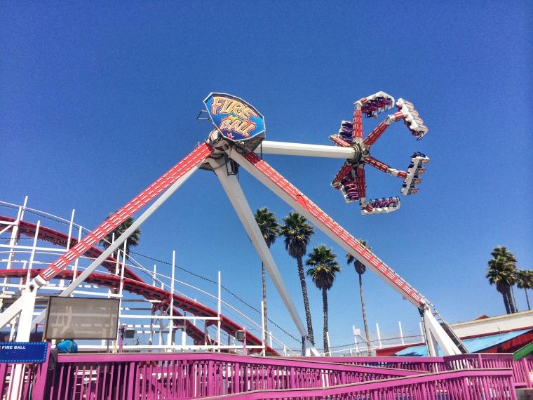 The Fire Ball. La más salvaje de todas las atracciones en el Santa Cruz Beach Boardwalk Amusement Park.