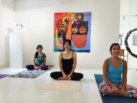 Clase de yoga en la Galeria Saskia Fernando