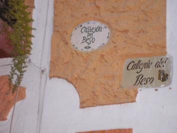 Es tan estrecho el Callejón del beso en Guanajuato, México, que los vecinos allá se pueden dar un beso desde sus ventanas ;)