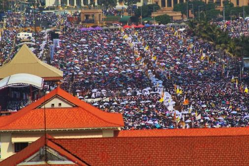 Misa Papa Francisco en Colombo Sri Lanka 2015. Las sombrillas blancas eras los Padres dando la comunión a los presentes.