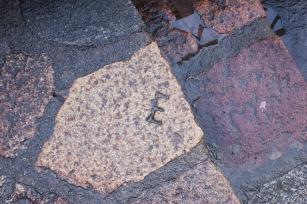 Marcas que dejaron los obreros que construyeron el pueblo