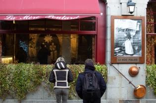 Turistas frente a la tienda original de la Mère Poulard