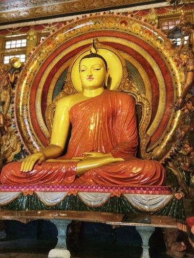 Buda Gautama sentado, en el templo Gangaramaya en Colombo