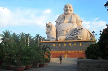 Budai o Hotai comúnmente confundido con Buda. Esta Estatua está en Vietnam y es parte de wiki commomns.