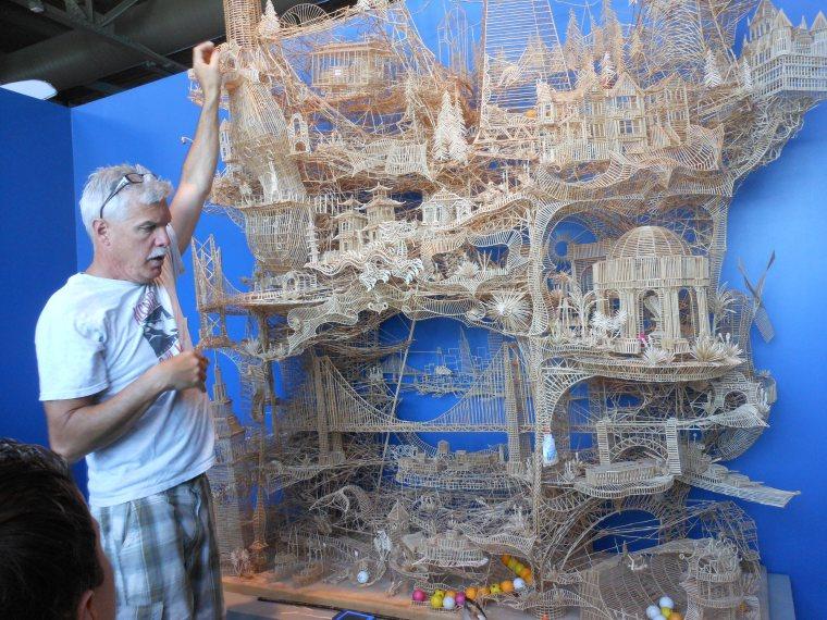 Exposición ciudad de San Francisco en palillos de dientes. Las pelotas de tenis de mesa recorren esta estructura, donde se ven los iconos mas resaltantes de la ciudad.