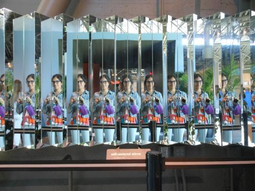 Yo dentro de un juego de espejos en el Exploratorium