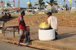 vendedores de frutas en Galle Face Green