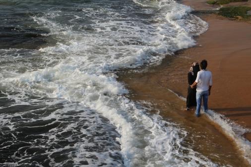 Pareja en el mar de Galle Face Green