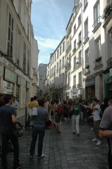 Gente esperando para comer falafels en Rue des Rosiers