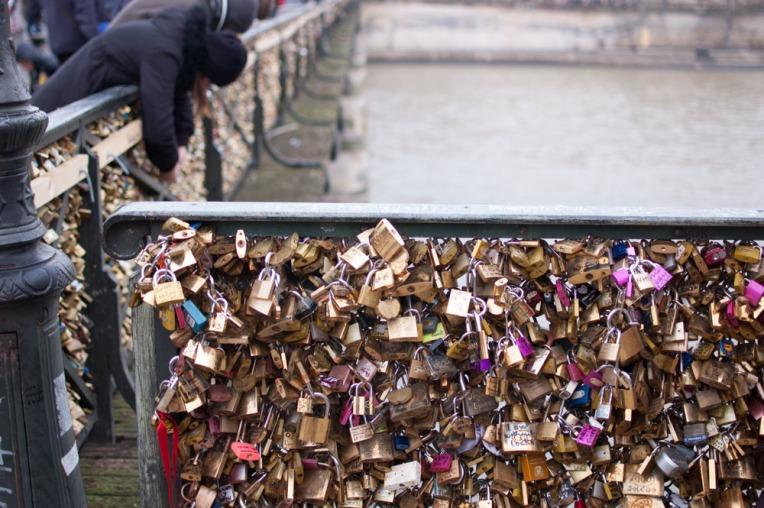 El bonito puente de las Artes atrae a los artistas y a los turistas quienes dejaron estos candados de amor en cada rincón. Hoy las rejas están tapadas para prohibir esta costumbre ya que el riesgo es que se caen con el peso de los candados.