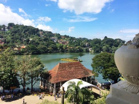 Vista al Lago Kandy desde un balcón en Pasillo en el Museo de la Reliquia del Diente
