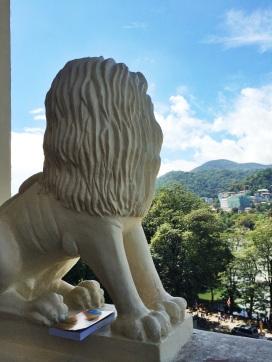 estatua de un leon que resguarda un balcón en el Templo