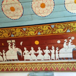 murales que muestran parte del ritual del festival Esala Perahera