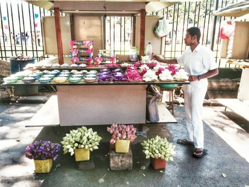 Vendedor de Flores en la entrada del Templo del Diente