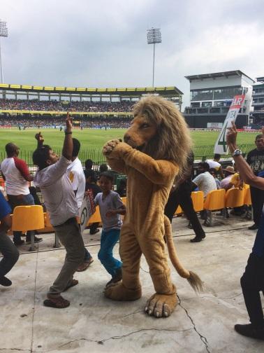 La mascota bailando con los fans