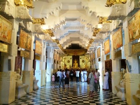 Vista del nuevo santuario (New Shrine Room) o Alut Maligawa