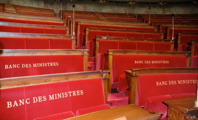 asientos para los miembros del gobierno frances quienes pueden proponer el voto de una ley o pueden ser cuestionados sobre sus politicas paris francia