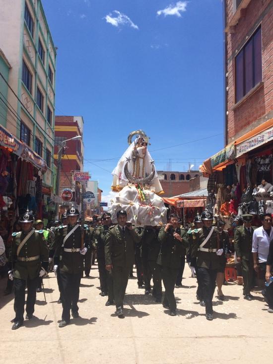 Con este artículo finalizamos las publicaciones de nuestra invitada Olympe sobre #Bolivia: #Copacabana y el #lagoTiticaca. Aquí los militares llevan a la #VirgendeCopacabana, patrona de Bolivia