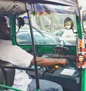 sticker del Che guevara en  un tuk tuk en Colombo