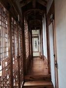 Pasillo interno del museo de muñecos funerarios