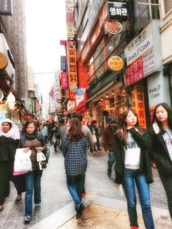 Myeong-dong es el gran distrito de compras en Seul
