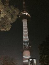 Una pequeña muestra de la iluminación y animaciones en la Torre