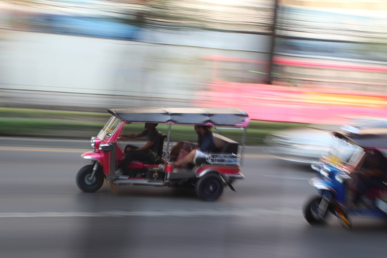 tuk tuk con turistas en Bangkok