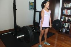 Haciendo peso Muerto (deadlift) de 50 kg (110 libras)