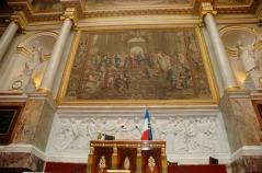 """Pintura de Raphael """"la Escuela de Atenas"""" y escritorio del Presidente de la Asamblea en la sala de las"""