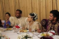 Los novios comiendo boda Sri Lanka
