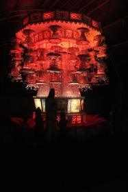 Lampara del Vesak cambiando de color. Se puede ver la figura de Buda en el lado izquierdo y su historia en los paneles inferiores