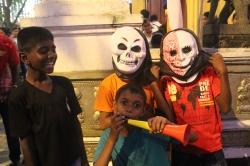 niños esrilanqueses en el Vesak