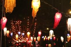Lámparas de papel adornando las calles