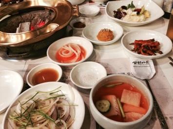 La comida coreana siempre viene con muchos platos acompañantes