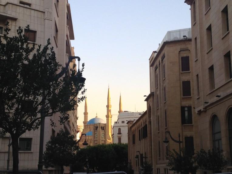 Vista de la Mezquita Mohamed al-Amin y de la Plaza del Reloj desde una calle en el Centro