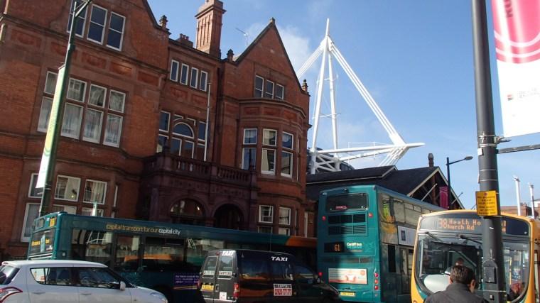 El estadio asomandose a la ciudad